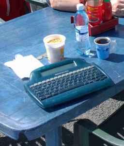Tämä blogikirjoitus on kirjoitettu Tampereen kesässä sähköisellä kirjoituskoneella. Kuva Tammelantorilta.