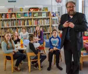 LukuVarkaus-esiraadin jäsen Petri Pietiläinen kertoi valintaprosessista ja lapsiraatilaiset kuuntelivat tarkkaavaisina.