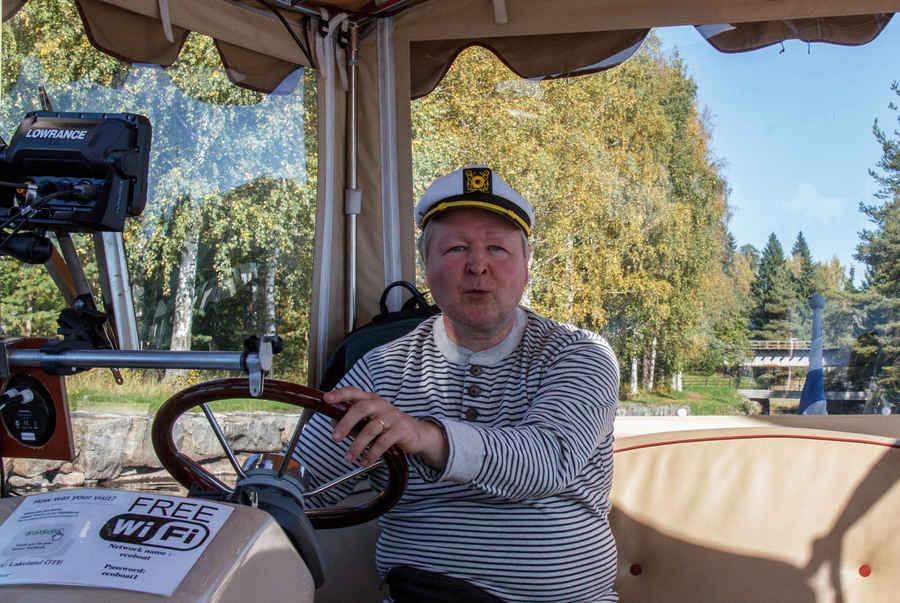 Lady of the Lake-sähköaluksella piipahdettiin kääntymässä Taipaleen vanhalla kanavalla, ruorissa yrittäjä Arto Keinänen.