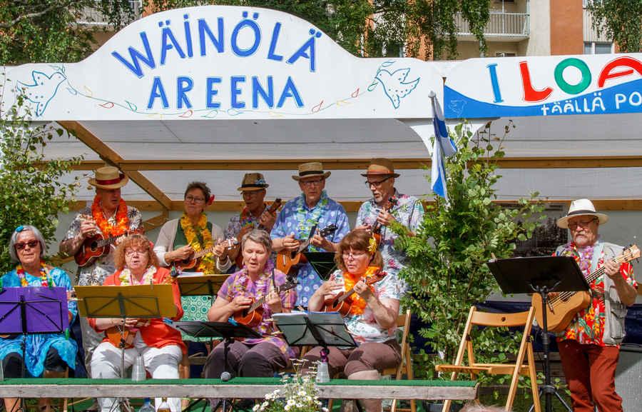 Varkauden Ukuleleorkesteri soitti kivan setin ennen paneelikeskustelun alkua. Kun ukemusiikki soi - silloin aurinko paistaa.